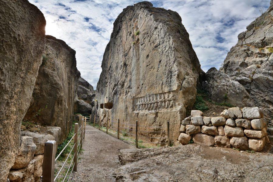 Laçin Kapılıkaya Anıtsal Kaya Mezarı