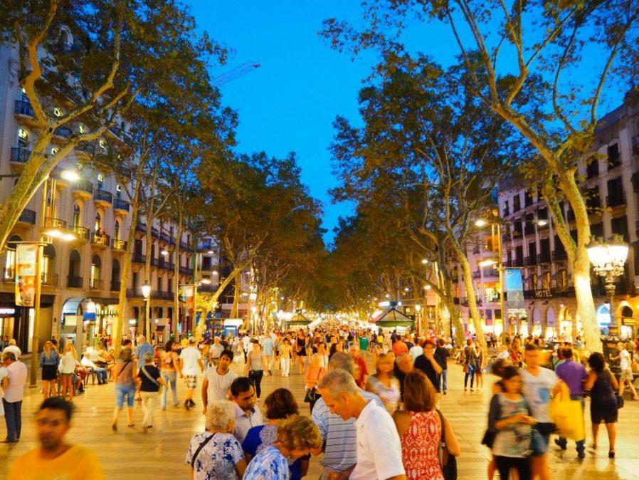 Las Ramblas Caddesinde Yürüyün