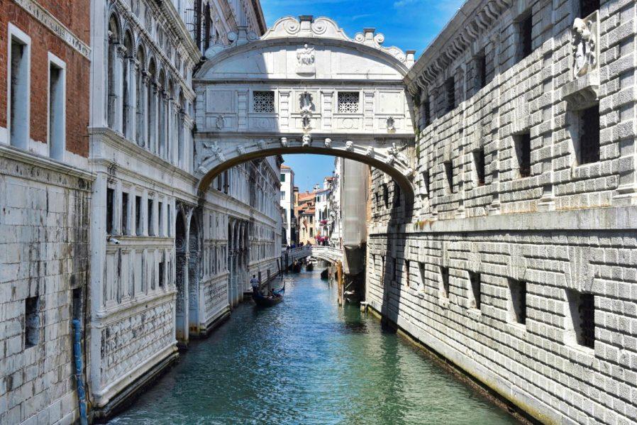 Ahlar Köprüsü (Ponte dei Sospiri)