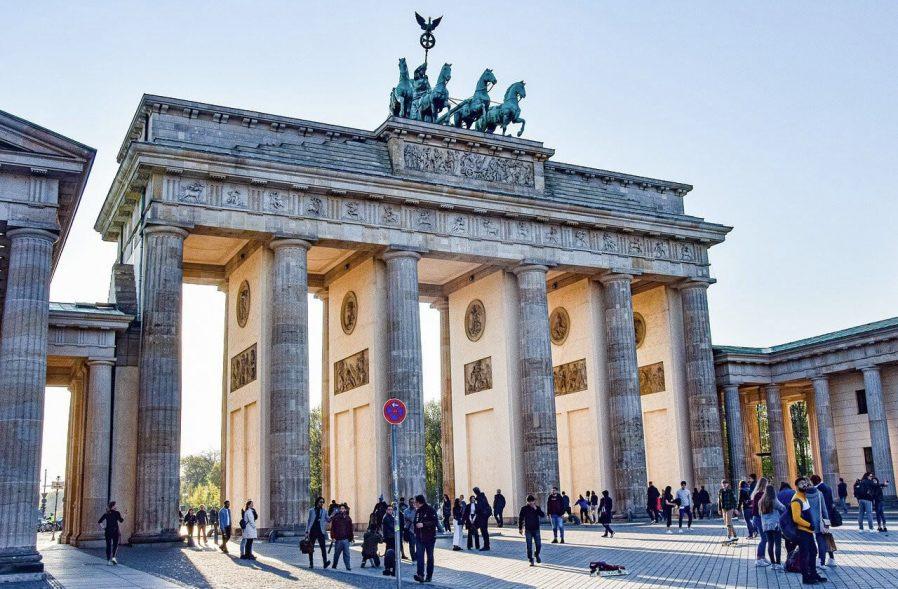 Brandenburg Kapısı'ndan Geçin