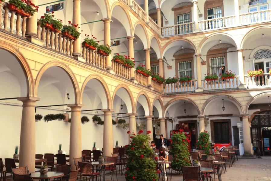 Italian Courtyard'da bir Mola Verin