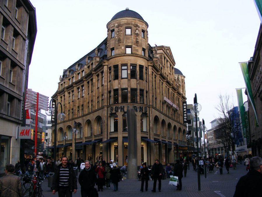 Schildergasse Caddesi'nde Vitrinlere Bakın