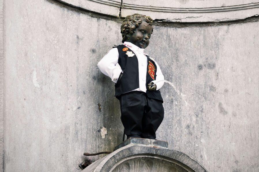 Çişini Yapan Çocuk Heykeli'ne Gülün