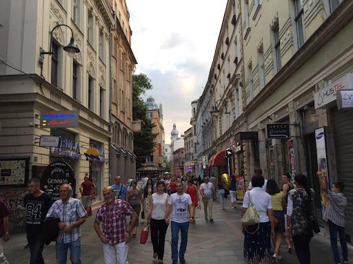 Ferhadija Caddesi'nde Yürüyün