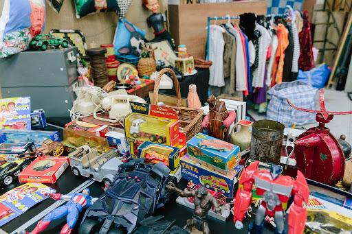 Dublin Flea Market'ta Tezgahlar Arasında Dolaşın