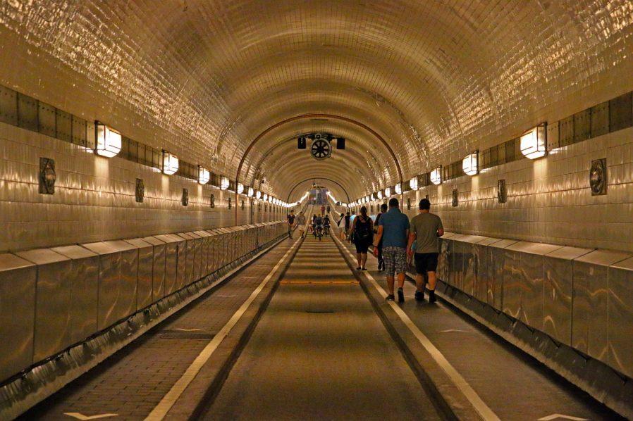 Elbe Tüneli'nden Yürüyerek Geçin
