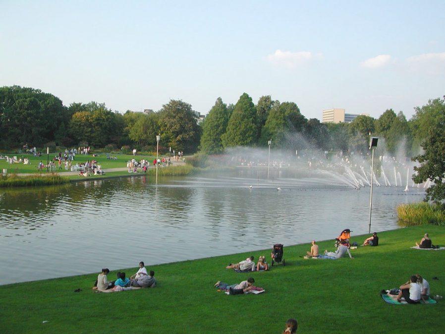 Planten un Blomen Parkı'nda Güneşli Bir Günün Tadını Çıkarın