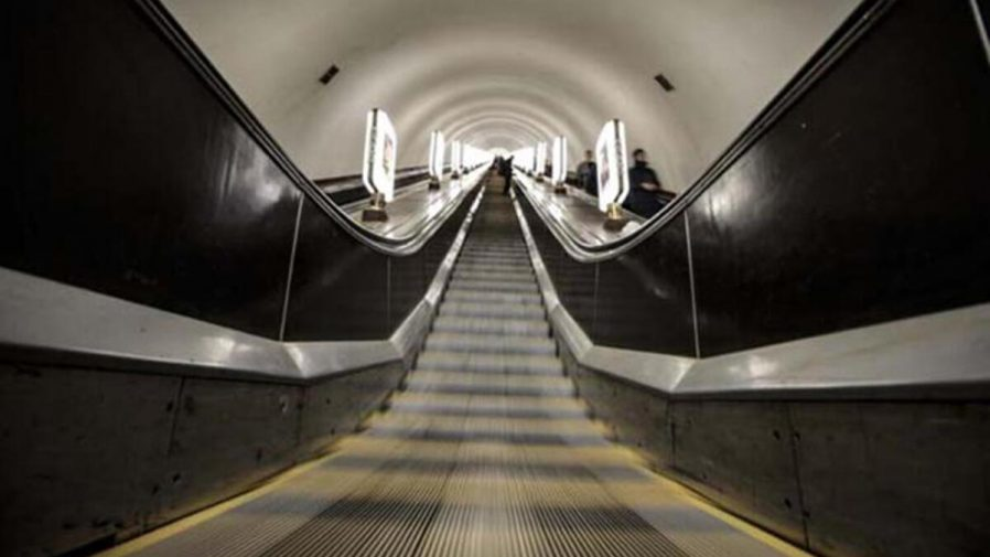 Arsenalna İstasyonu'ndan Metroya Binin