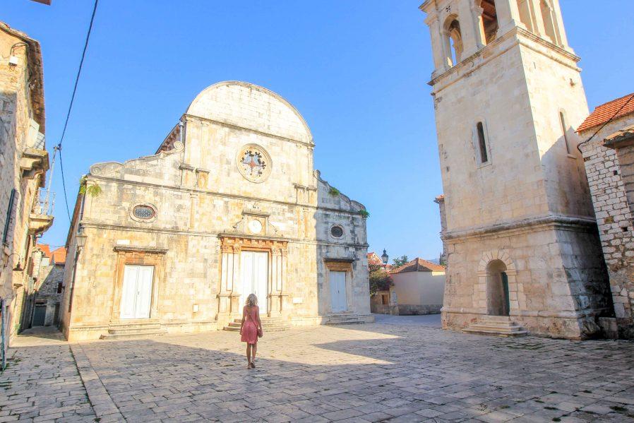 Stari Grad'da Yürüyün