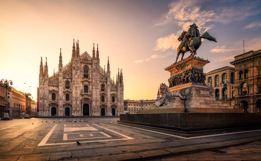 Piazza del Duomo ve Çevresindeki Tarihi Yapıları Görün